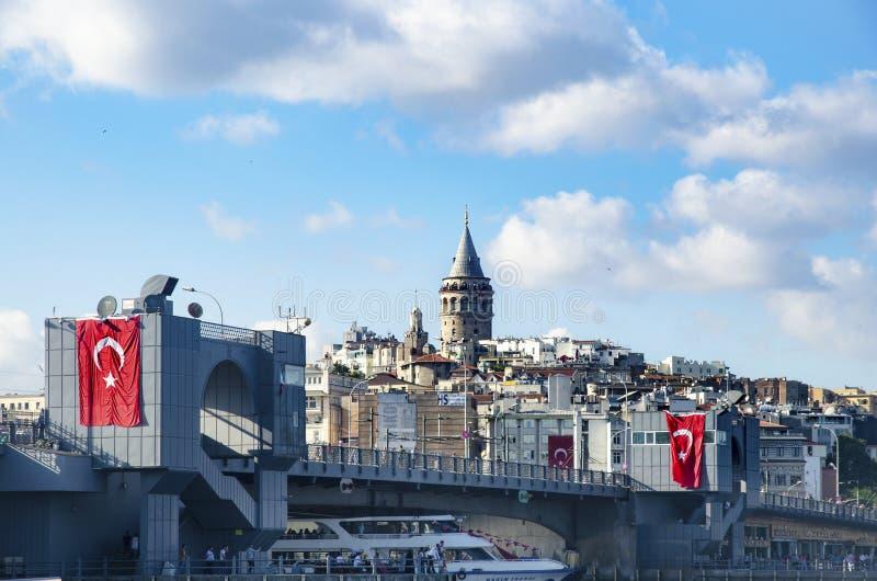 Мост Galata и Galata возвышаются на заднем плане, взгляды Стамбула стоковое изображение
