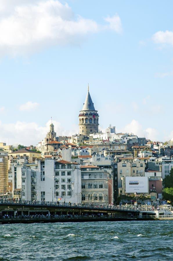 Мост Galata и Galata возвышаются на заднем плане, взгляды Стамбула стоковое фото rf