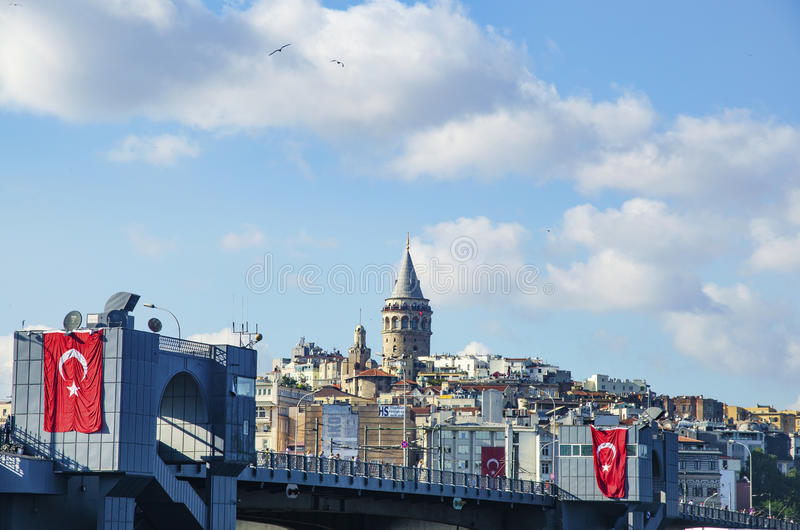 Мост Galata и Galata возвышаются на заднем плане, взгляды Стамбула стоковые изображения rf