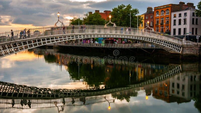 Мост Ha Пенни в Дублине, Ирландии стоковое изображение rf