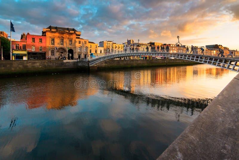 Мост halfpenny, Дублин, Ирландия стоковое фото