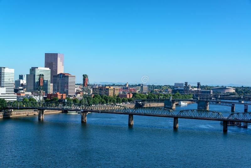 Мост Hawthorne и городской пейзаж Портленда стоковые фотографии rf