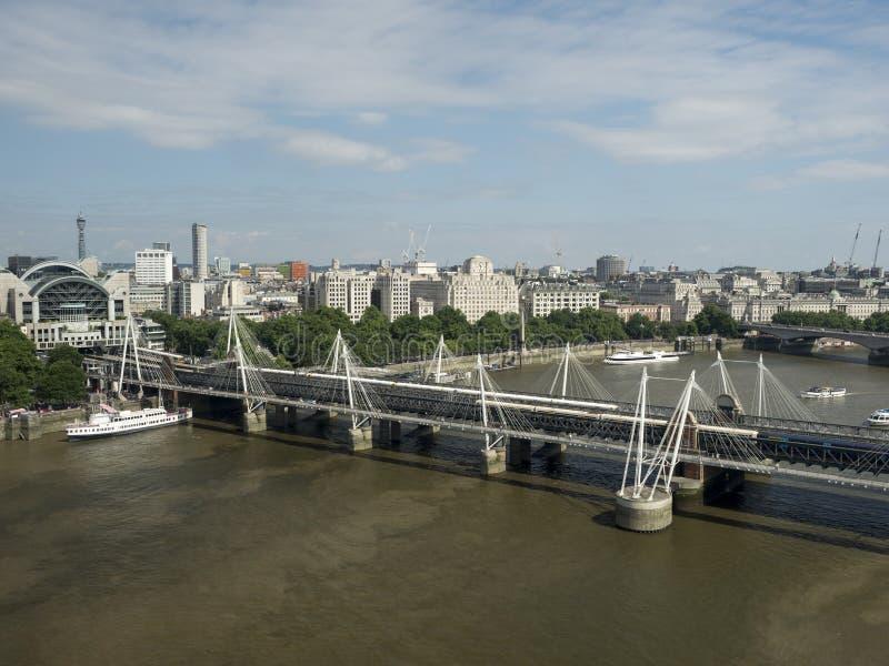 Мост Hungerford и золотые мосты юбилея, Лондон стоковые изображения
