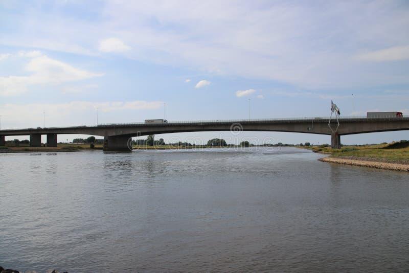 Мост IJsselbrug над рекой IJssel на Zwolle для движения на шоссе A28 в Нидерландах стоковое фото rf