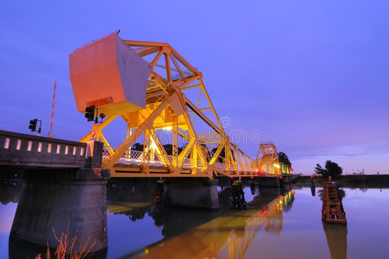 Мост Isleton на сумраке стоковые фотографии rf