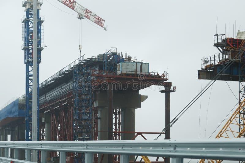 Мост Kerch под конструкцией в дождливом пасмурном летнем дне стоковое изображение