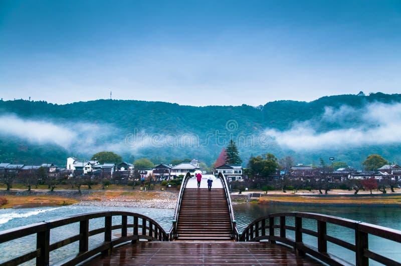 Мост Kintaikyo на дождливый день - Iwakuni - Yamaguchi - Япония стоковая фотография