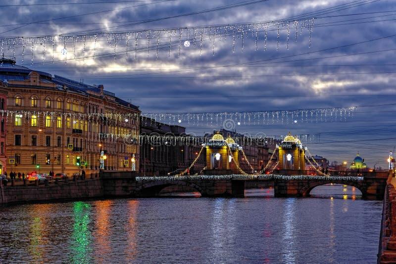 Мост Lomonosov в вечере в декабре освещений рождества r стоковое фото rf