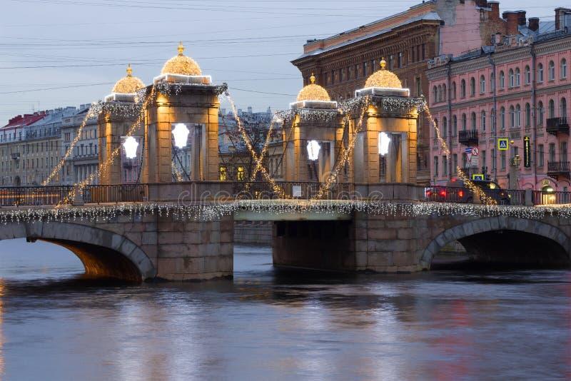 Мост Lomonosov в освещении ` s Нового Года на пасмурном утре в декабре святой petersburg стоковое изображение rf