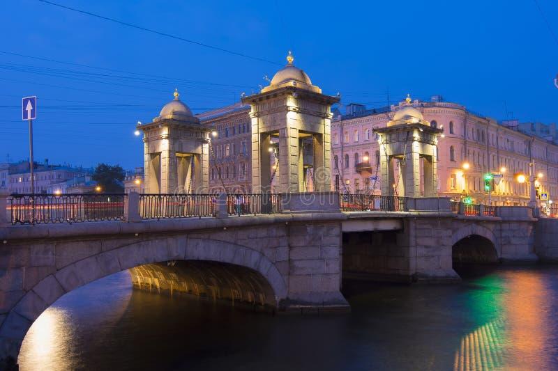 Мост Lomonosov над рекой на ноче, St Peterburg Fontanka, Россией стоковое фото