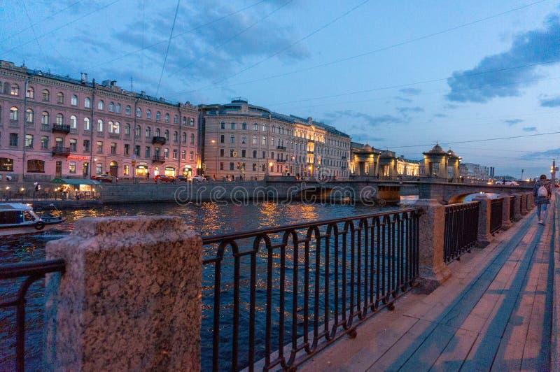 Мост Lomonosov через реку Fontanka в Санкт-Петербурге, России Исторический возвышанный передвижной мост, строит в XVIII веке стоковые изображения rf