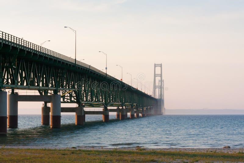 Мост Mackinac на заходе солнца стоковое изображение