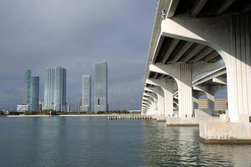 мост miami biscayne залива сверх стоковые фотографии rf