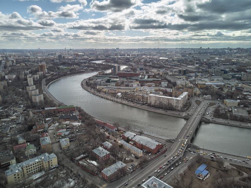 Мост Novospassky, панорама реки Москвы Москвы, России Кольцо Sadovoe Воздушный взгляд трутня стоковые изображения