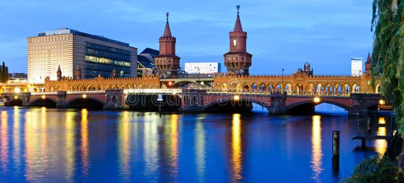 Мост oberbaum панорамы, Берлин, Германия стоковые фотографии rf