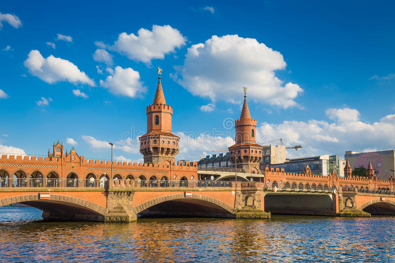 Мост Oberbaum с рекой оживления, Берлином, Германией стоковые изображения rf