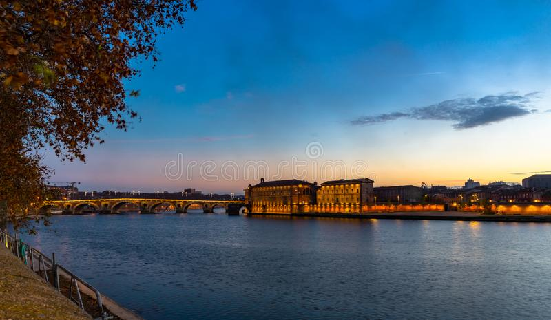 Мост Pont St Pierre на заходе солнца в Тулуза, Франции стоковые фотографии rf