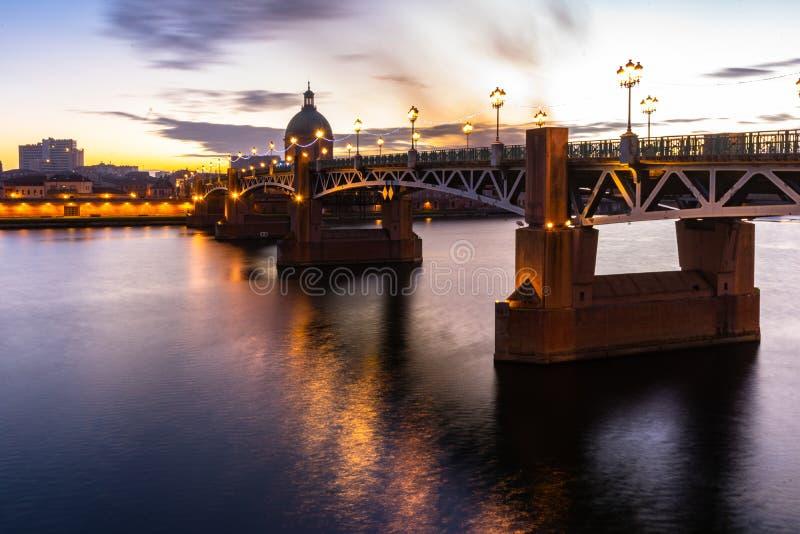 Мост Pont St Pierre на заходе солнца в Тулуза, Франции стоковая фотография rf