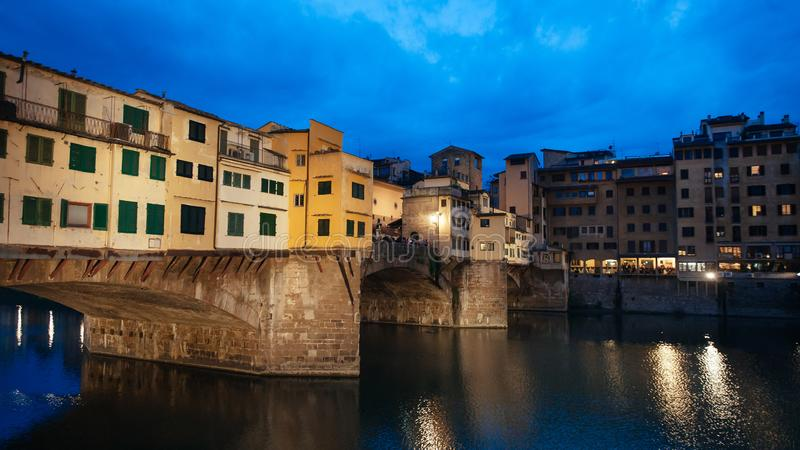 Мост Ponte Vecchio старый во Флоренс вечером стоковые фото