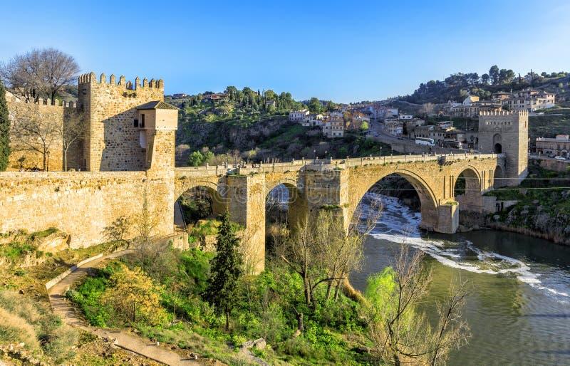 Мост Puente de Сан Мартина над рекой Tajo в Toledo, Испании стоковая фотография rf