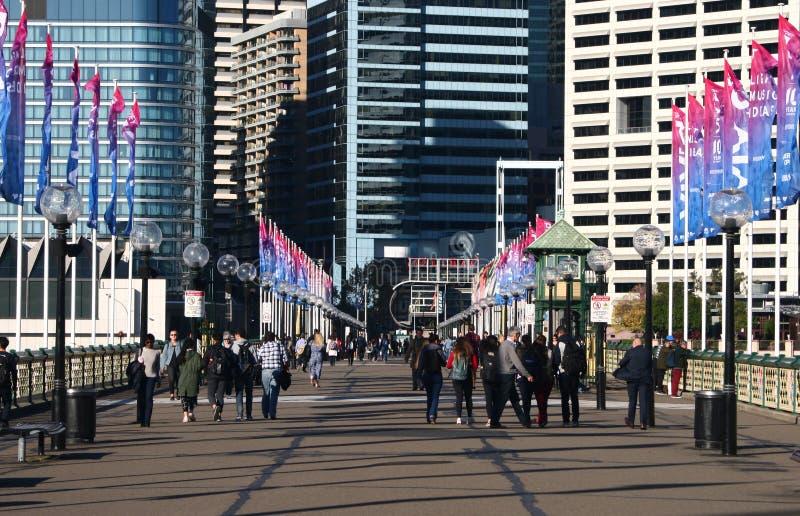 Мост Pyrmont наследия с красочными флагштоками и светлыми столбами на обеих сторонах на заливе куколя, гавани милочки, Сиднее, Ав стоковое изображение rf