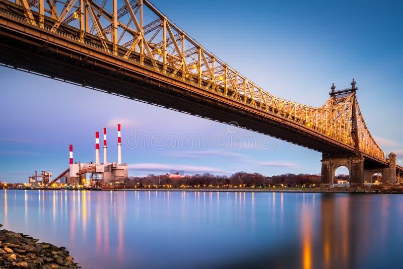 Мост Queensboro и станция Ravenswood стоковые изображения rf
