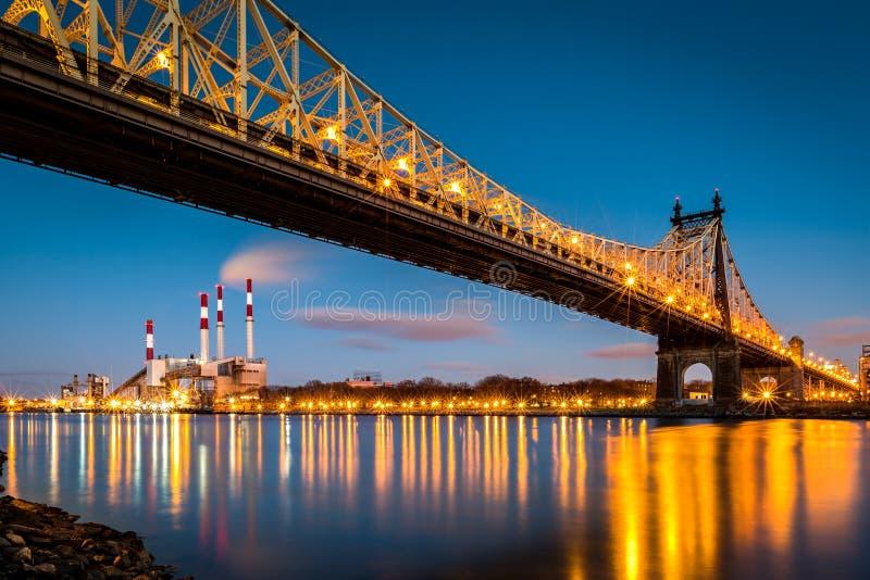 Мост Queensboro и станция Ravenswood стоковое фото rf