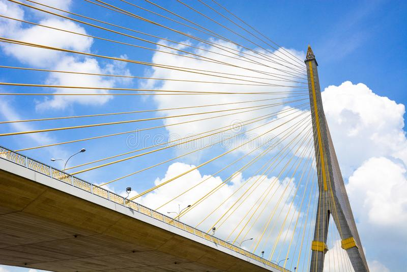 Мост Rama VIII, современный конкретный висячий мост через Chao Реку Phraya с предпосылкой голубого неба и облаков, Бангкоком стоковые фотографии rf