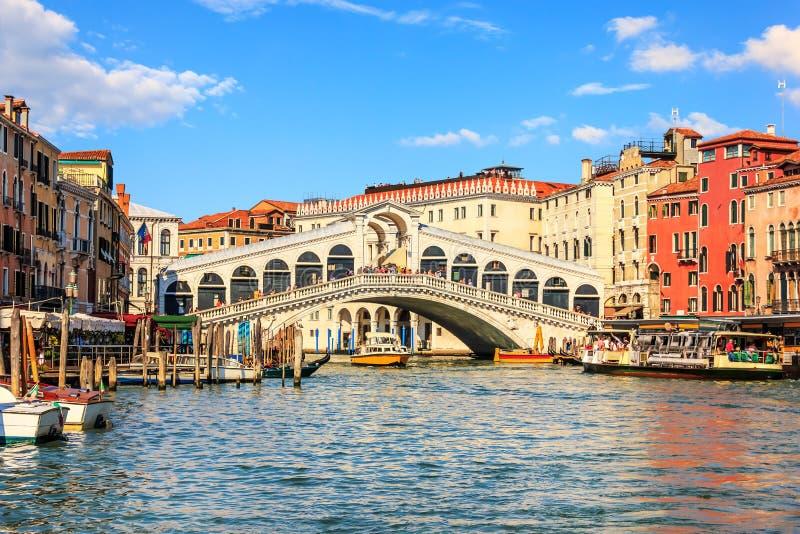 Мост Rialto, одна из посещать видимостей Венеции, Ita стоковая фотография rf