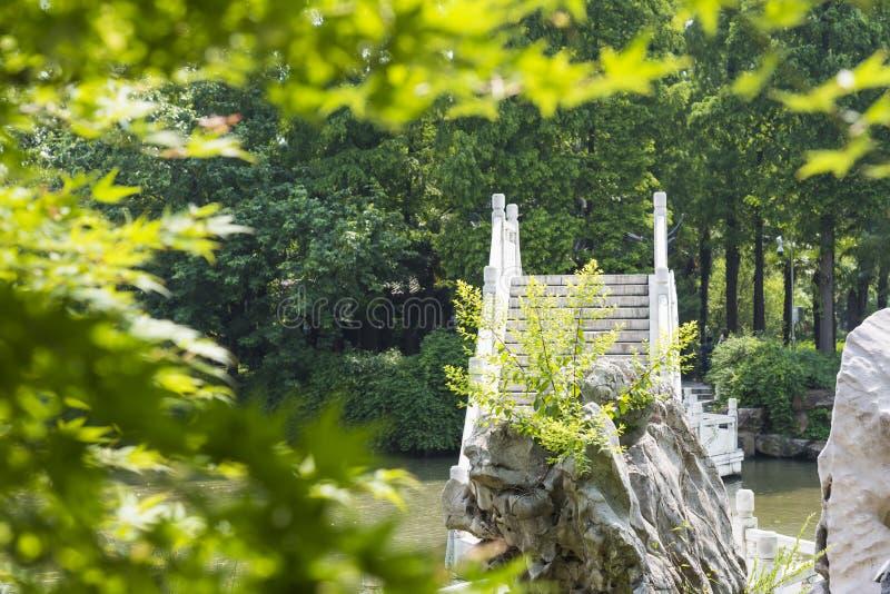 Мост Rockery и камня стоковое фото rf