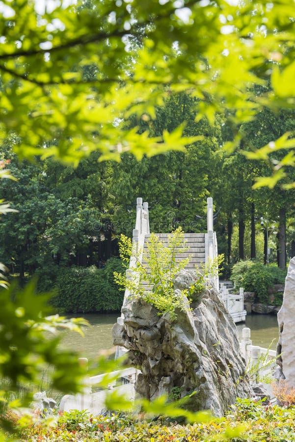 Мост Rockery и камня стоковое изображение