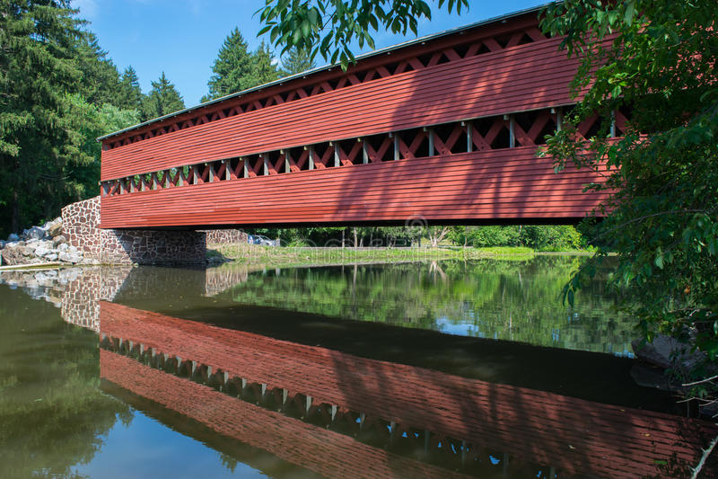 Мост Sachs с отражением в воде в Gettysburg, Пенсильвании стоковое изображение rf