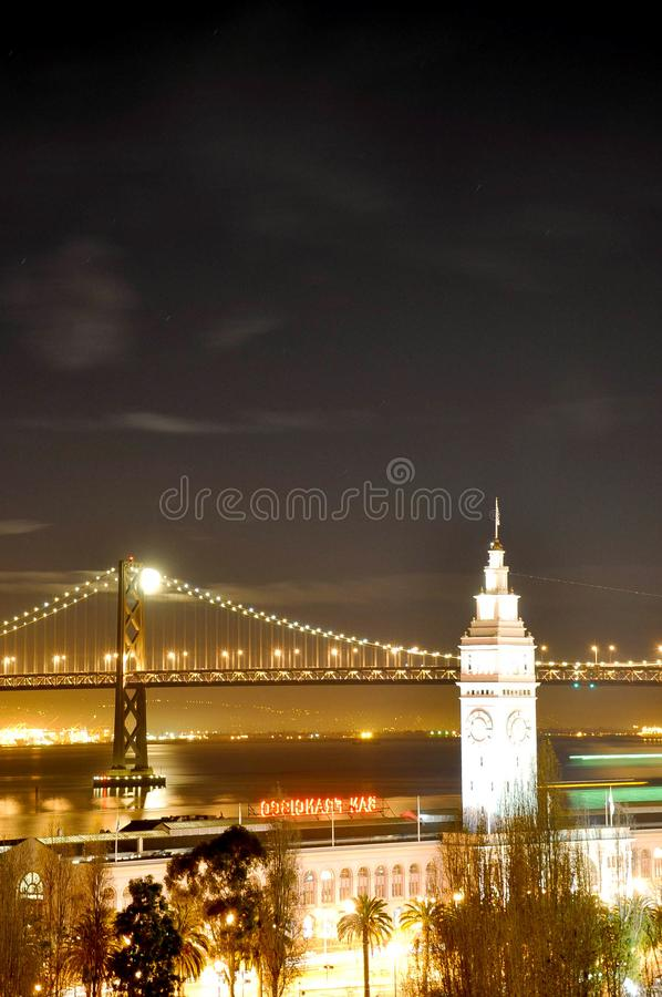 Мост San Francisco Bay, башня с часами, света праздника ночи стоковое фото