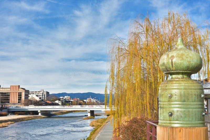 Мост Sanjo в реке Киото Японии Kamo стоковое изображение rf