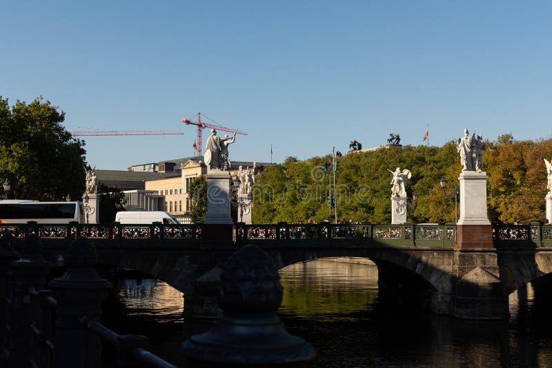 Мост Schlossbrucke в центральном районе Mitte стоковое изображение rf