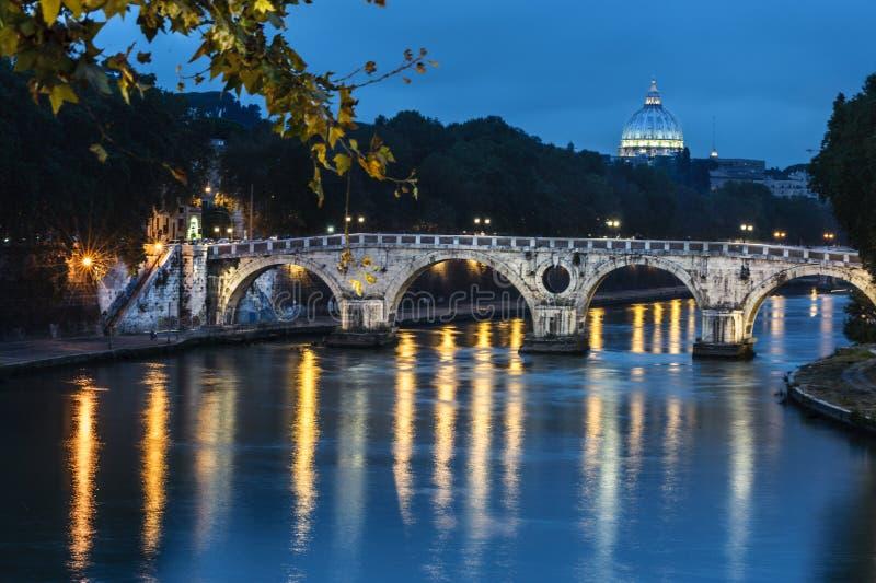 Мост Sisto в Риме к ноча, Италии стоковая фотография rf