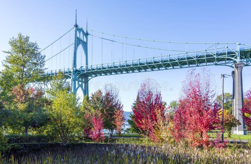 Мост St Johjns готического свода в Портленде в цветах au стоковое изображение