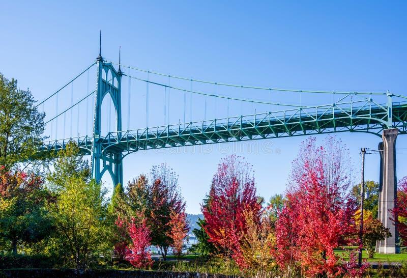 Мост St. Johns и парк осени стоковая фотография rf