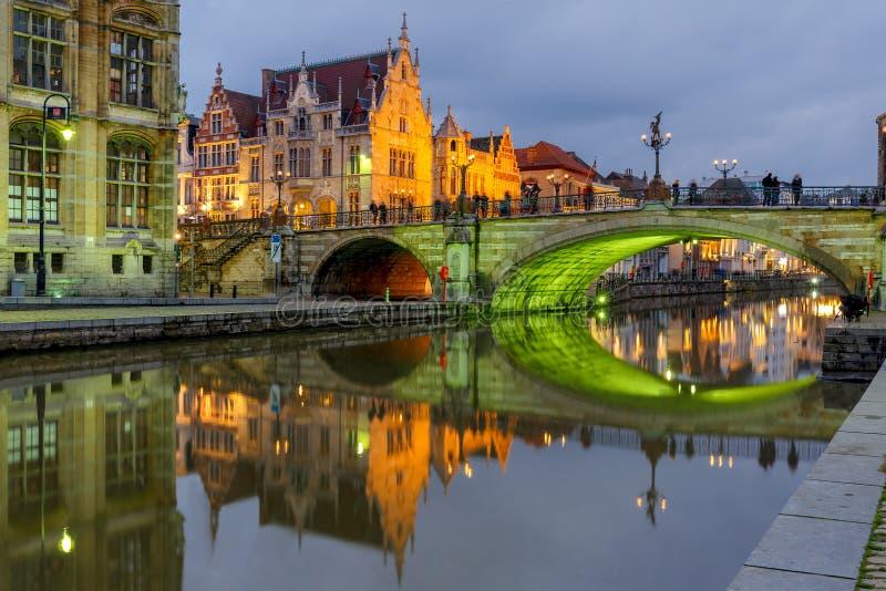 Мост St Michael с зеленым светом, Гентом, Бельгией стоковая фотография