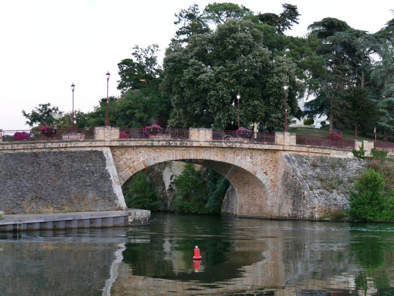 Мост Sucé над Erdre на реке Erdre в атлантической Луаре стоковые изображения