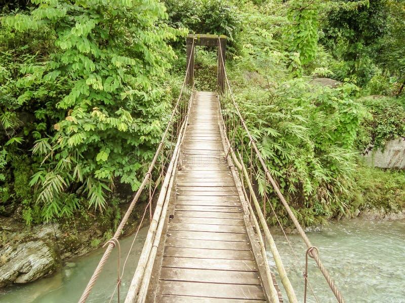 Мост Suntalekhola Samsing над рекой Jhalong, Kalimpong, Индией - расположенной около национального парка долины Neora популярного стоковые фотографии rf