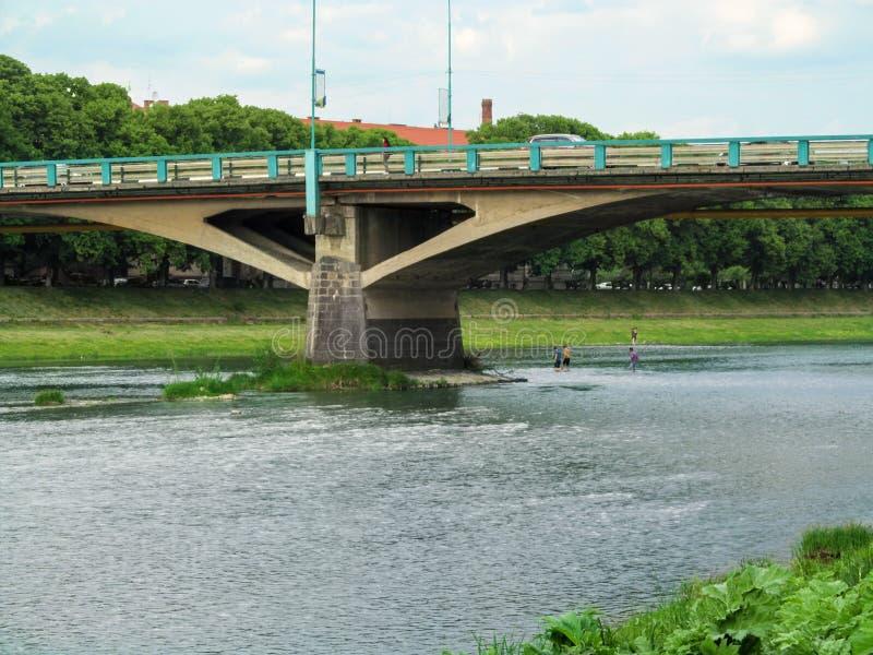 Мост Tomas Masaryk в броде конца-вверх и людей Uzhhorod брод реки под им стоковые фотографии rf