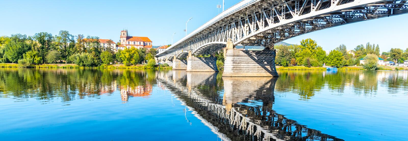 Мост Tyrs над рекой Labe в Litomerice на солнечный летний день, чехия стоковое изображение