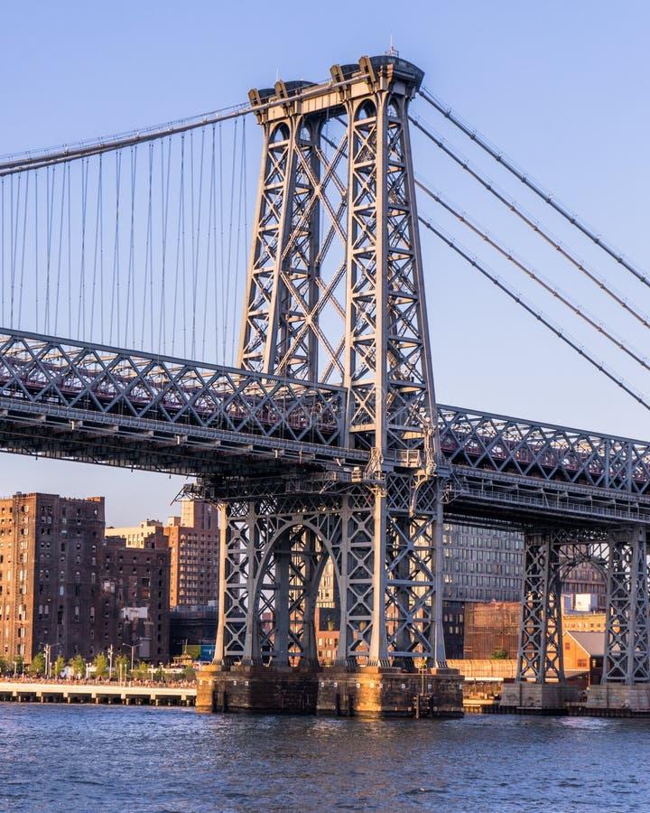 Мост Williams во время захода солнца стоковые фото