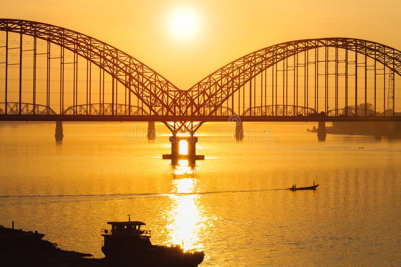 Мост Yadanarbon на заходе солнца стоковое изображение rf