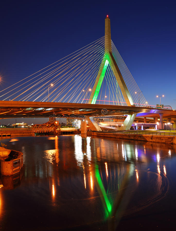 Мост Zakim на ноче стоковые изображения rf