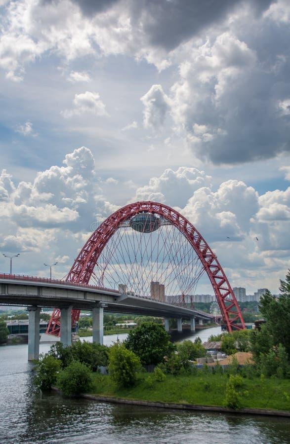 Мост Zhivopisny самая высокая в Европе кабел-остался мостом над рекой Москвы Пасмурный день лета Портрет стоковая фотография