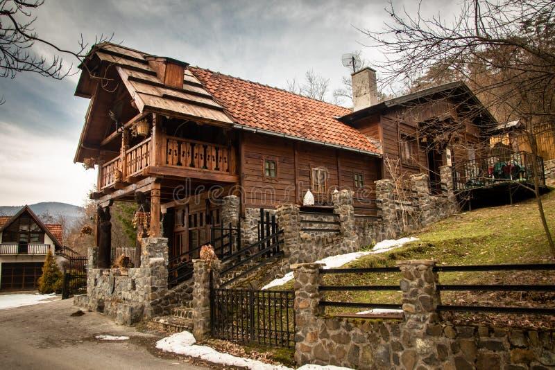 Мотель в красивом деревянном и каменном доме с деревянные скульптуры стоковое фото rf