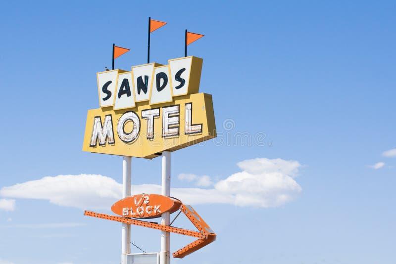 Мотель песков и трасса 66 знака историческая на дарах Неш-Мексико, США стоковое фото rf