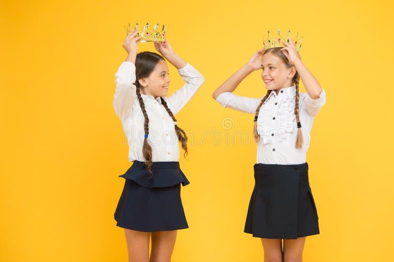 Мотивационная награда для ребят школьного возраста Коронование награды Гениальные зрачки Мечтать о славе и богатстве стоковое фото